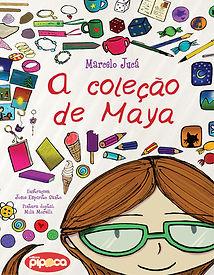 Uma menina de óculos verde rodeada por objetos de coleção, como canecas, canetas e sorvetes