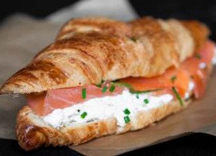 Mini sándwich de Salmón, queso crema, ciboulette (12 unidades)