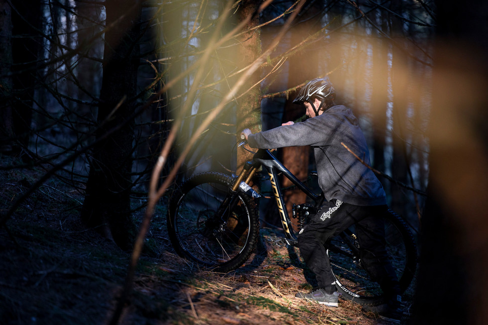 Nino fährt im Wald