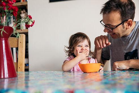 Lapsi ja isä nauravat.