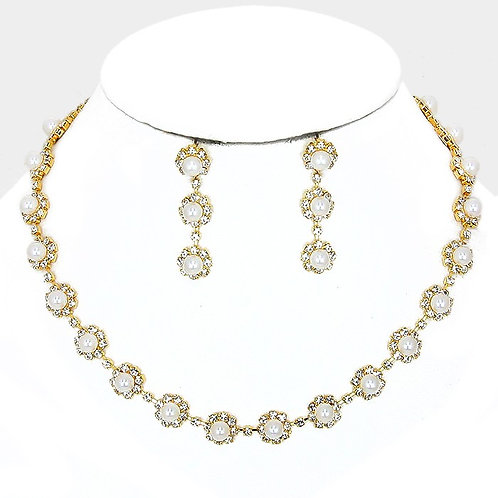 Color: Clear, Gold, Cream Pearl Flower Collar Necklace.