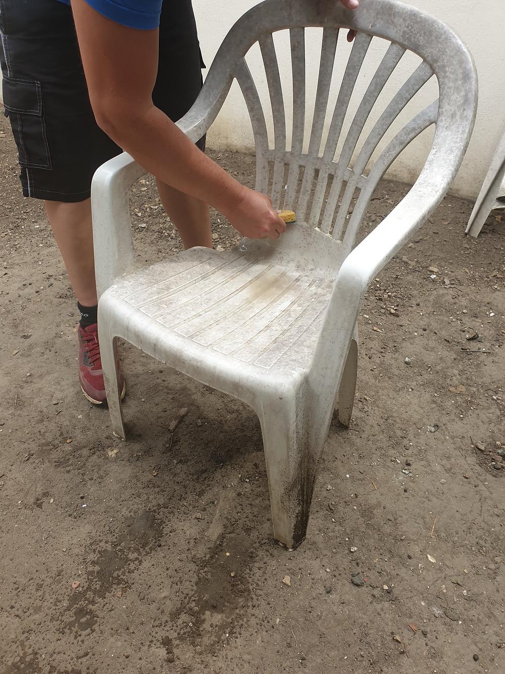 Comment nettoyer des chaises de jardin en plastique blanc