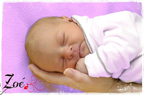 bébé zoé sur main maman