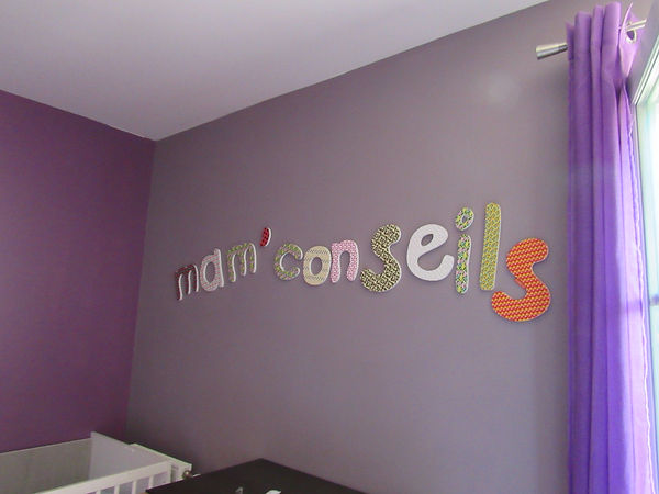 la marque Loveiswall, chambre, fond violet, rideaux