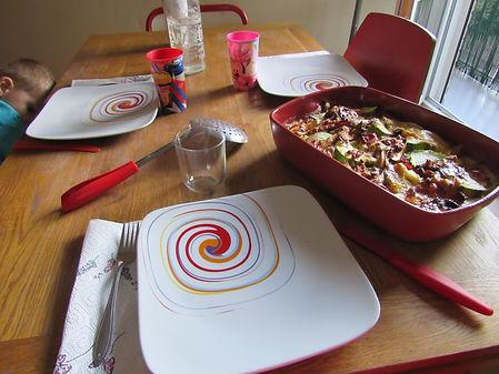 assiette tasse et assiete, plat pyrex, tartiflette de courgette