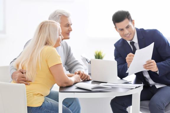 Reunión de pareja senior con consultor en