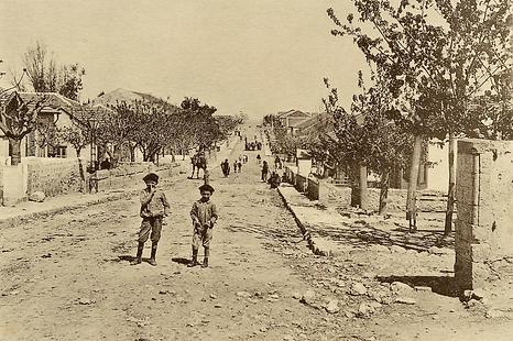 תמונה של שני ילדים בשדרה הראשית של המושבה בזכרון יעקוב מ1910