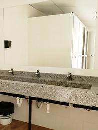 Dos baños separados en el Refugio