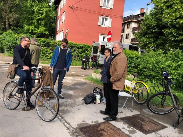 Pred Finžgarjevo hišo v Ljubljani s pisateljevim nečakom prof. dr. Janezom Bogatajem.