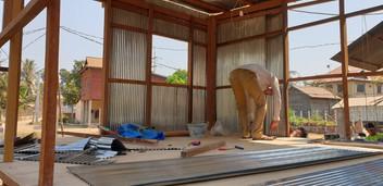 De houten vloer is bijna geplaatst