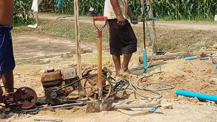 Na 4 uur graven komt het schone water naar boven, dit water kan je niet drinken. Hiervoor kopen we speciale waterfilters