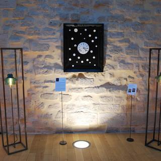 Lampes OVNI et tableau Au fil du temps