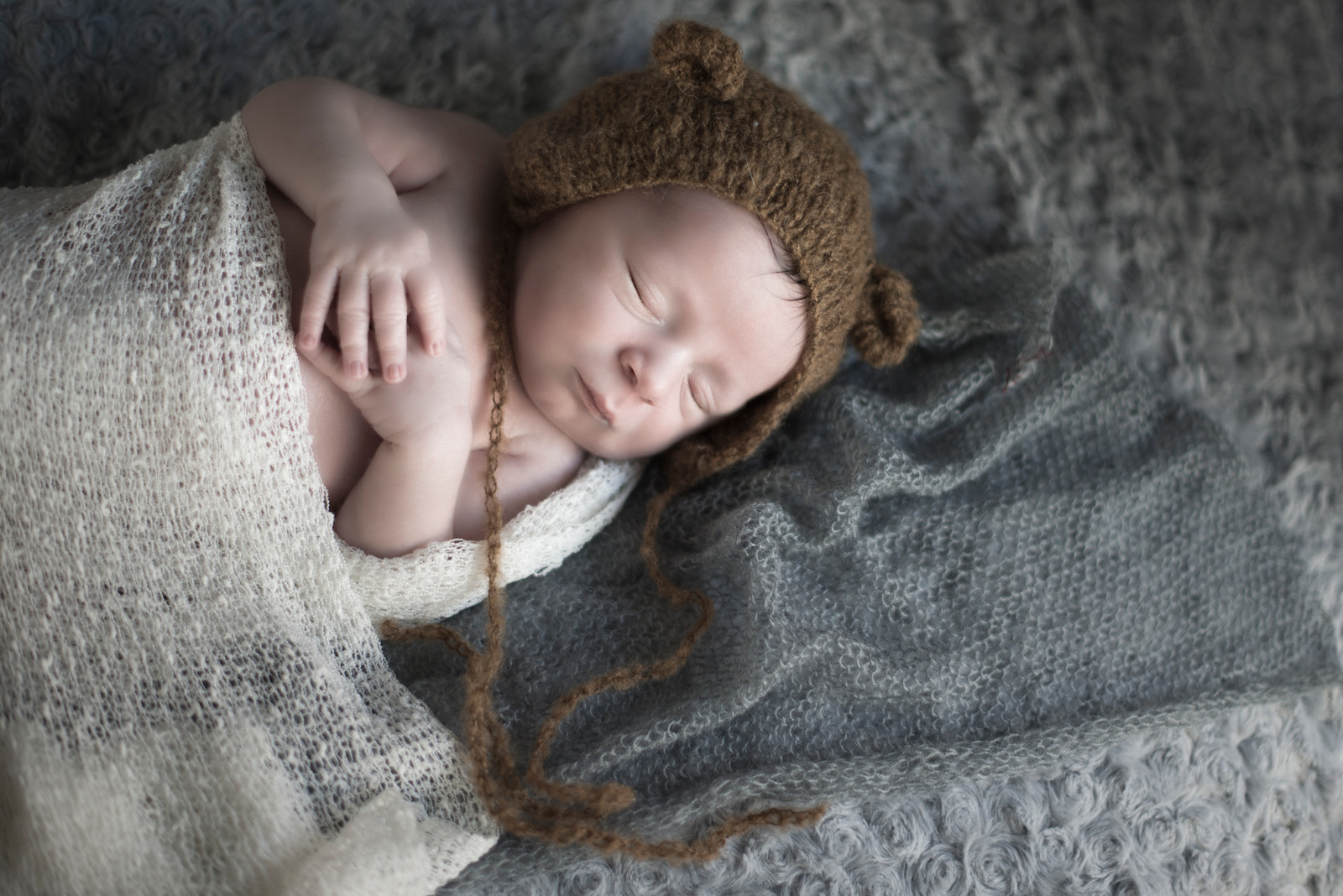 f3aa539906141 bebe qui dort avec son bonnet ourson marron photographe bébé nouveau-né  naissance