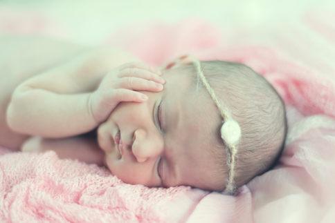 photo de bebe à nice main sur le visage photographe bébé nouveau-né naissance