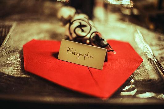 carton d'invitation repas photographe à nice serviette rouge dîner mariage prestataire repas