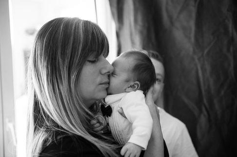 maman faisaint un calin a son bebe photographe bébé nouveau-né naissance
