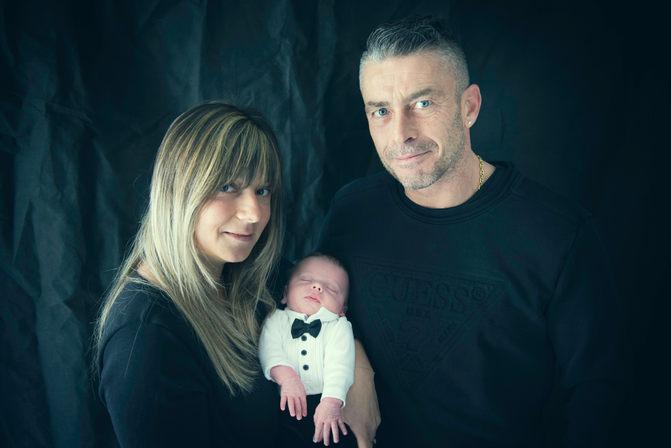 photo de famille avec enfant nouveau-ne photographe bébé nouveau-né naissance