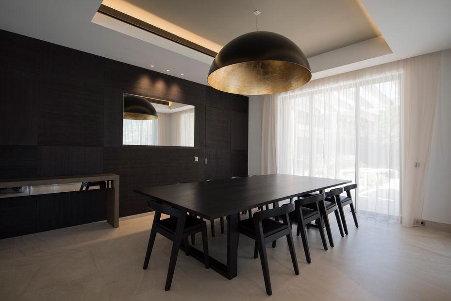 interieur luxephotographe paris mobilier noir bois lustre noir et or