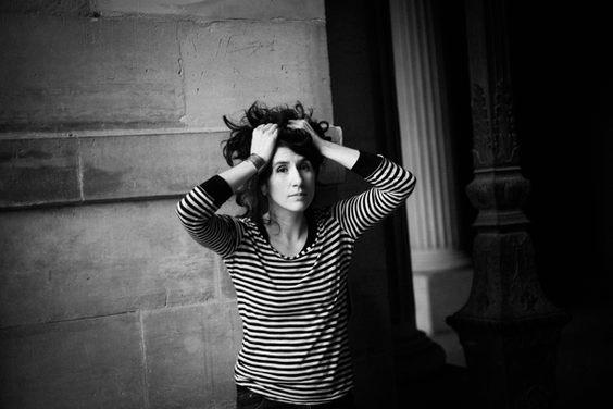 portrait femme paris t-shirt rayé mains dans les cheveux noir place carré photographe nice