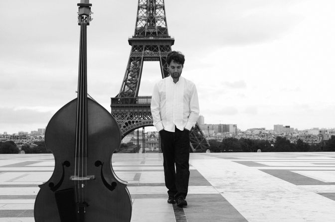 remy yulzary musicien contre-bassiste paris-new-york esplanade tour eiffel paris contre-basse photographe pro
