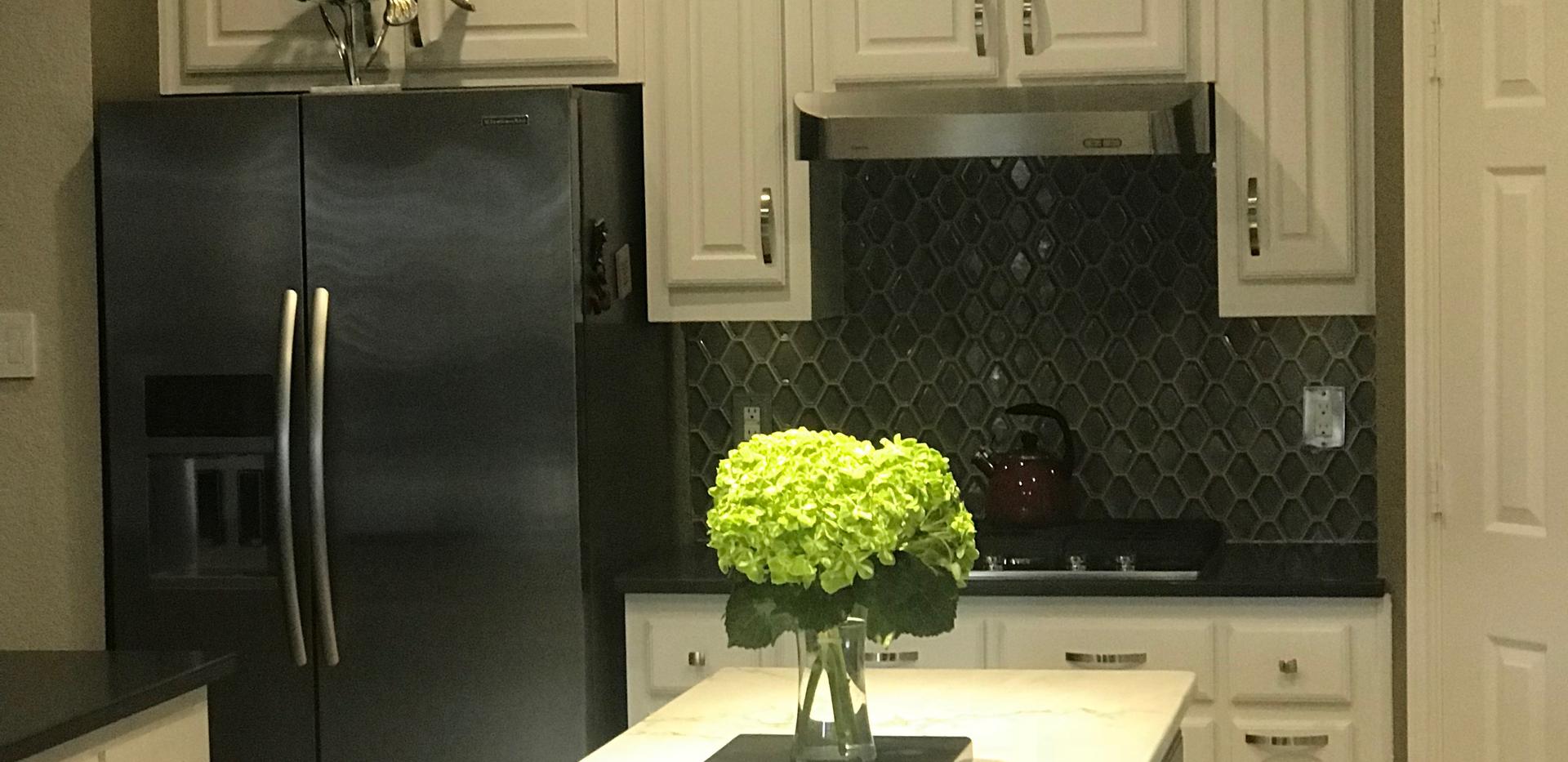 White calcatta quartz kitchen.png