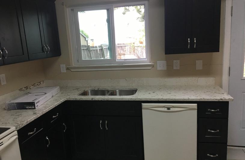 white_quartz_kitchen_countertop.JPG