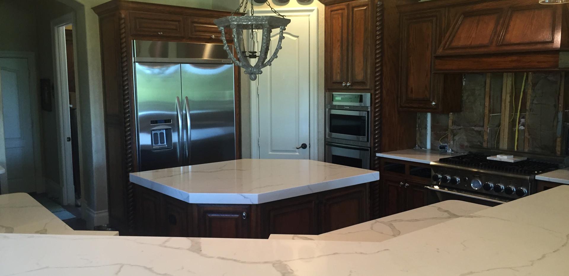 white_calcatta_quartz_kitchen_countertop