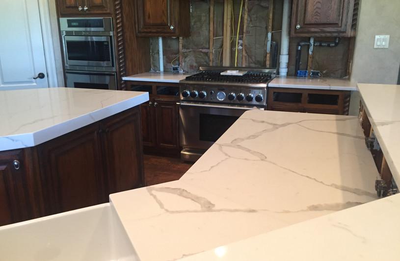 Whtie_calcutta_quartz_kitchen_countertop