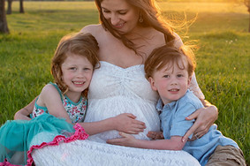 Siblings_Maternity_Family_Photo_Pregnancy_Photography_Austin_Texas_Sunset_Outdoor_Session_Family