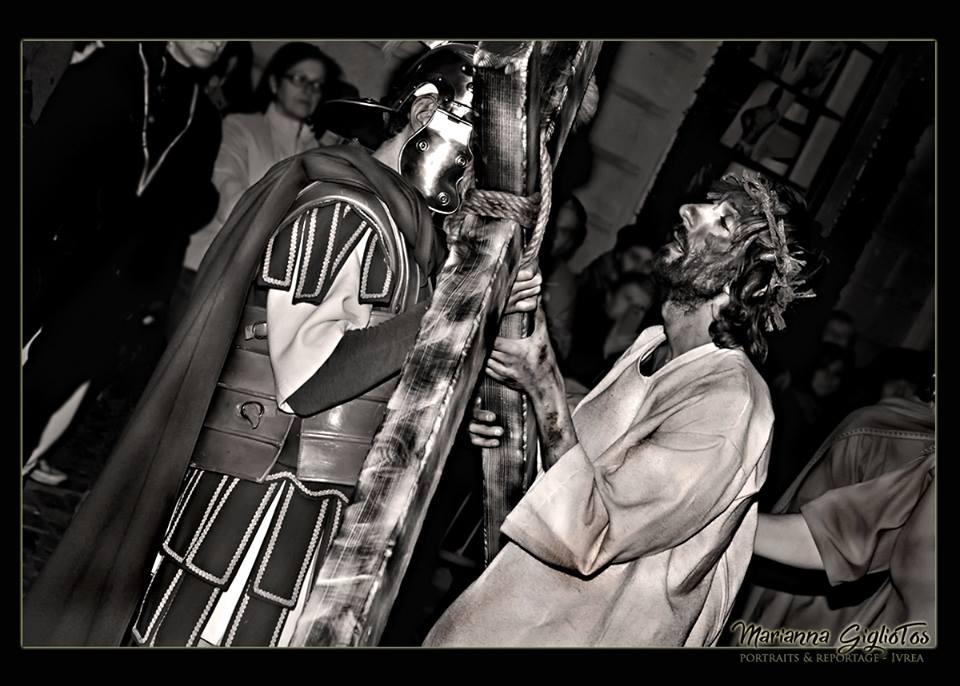 Passione Di Cristo - Ivrea - Marianna Giglio Tos - 2016 (Il Cristo riceve la croce)