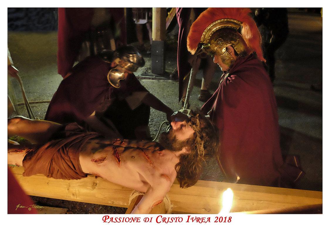 Passione_di_Cristo_Ivrea_2018_-_Città_UNESCO_-_Gianni_Trezar_-_(Il_Cristo_viene_Crocefisso)
