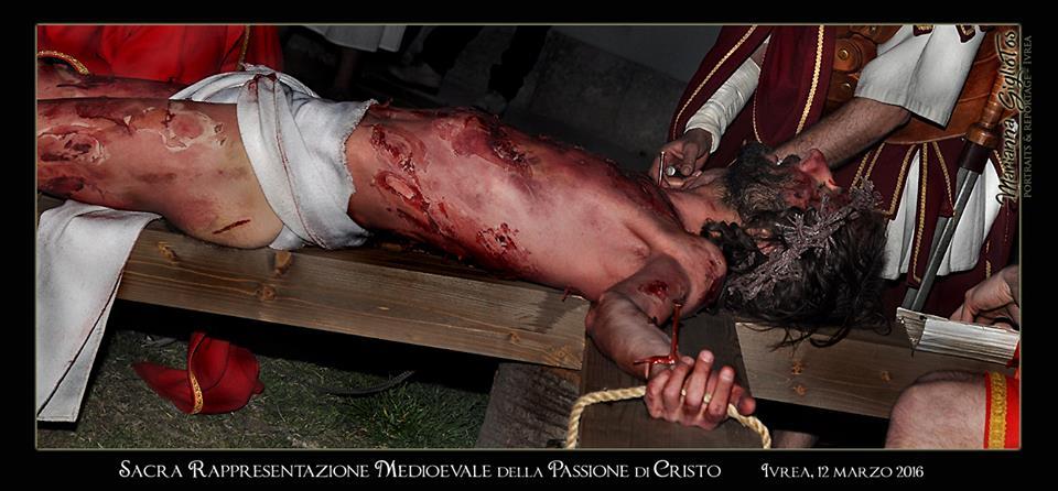 Passione Di Cristo - Ivrea - Marianna Giglio Tos - 2016 (Cristo viene inchiodato INRI)