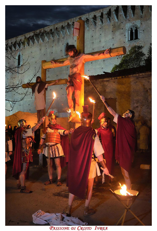 Passione_di_Cristo_Ivrea_2018_-_Città_UNESCO_-_Gianni_Trezar_-_(Crocefissione_sotto_il_Castello_di_I