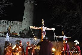 Passione di Cristo IVREA - crocefissine sotto le mura del castello del conte verde