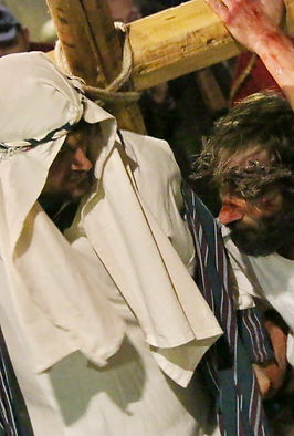 il Cireneo di Ivrea aiuta il Cristo a portare la Croce