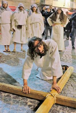 Cade per la terza volta il Cristo di Ivrea