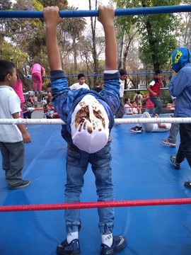 niño aficionado lucha libre