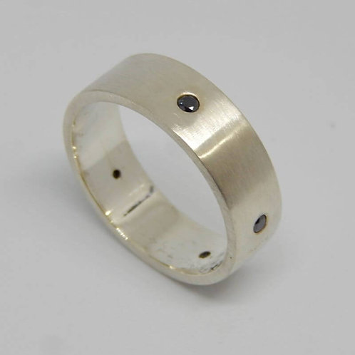 GENTS STERLING SILVER RING WITH DIAMONDS