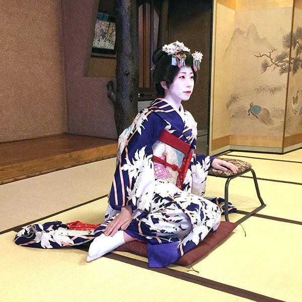 横座りの舞妓さん