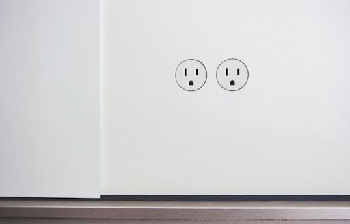 In 2020, a huge new lighting trend consists of removing your outlets' cover plates entirely, and to invest in flush, invisible outlets.