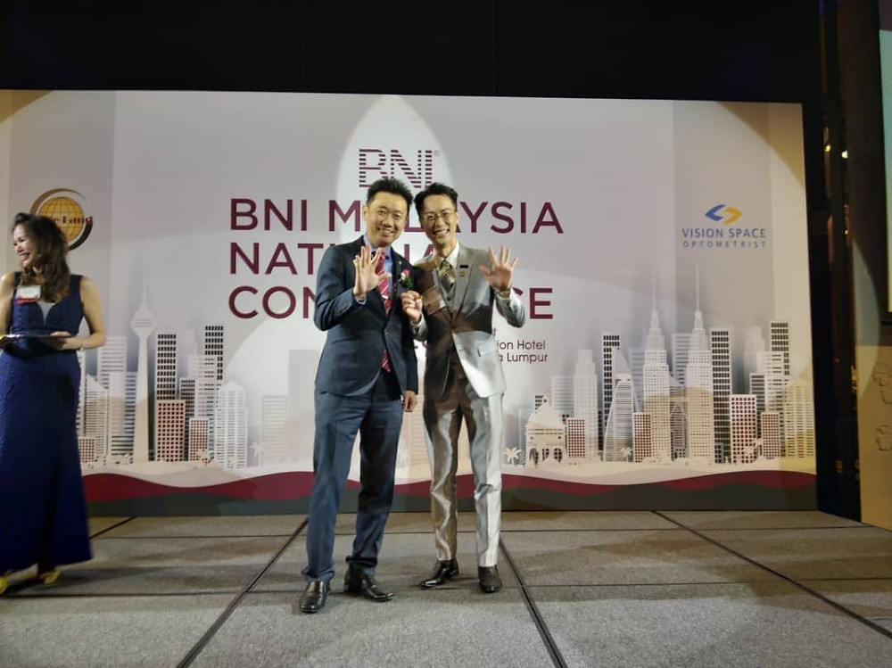 Receiving Quintuple Gold Club Recognition from National Director Marcus Hwang at National Conference 2019, the 1st in Malaysia