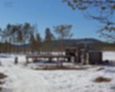 Conny öppnar luckorna till sitt äldre örngömsle, det med denupphöjda dammen framför.
