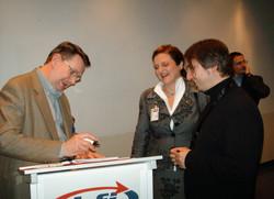 Frank Soltis gibt Autogramme.