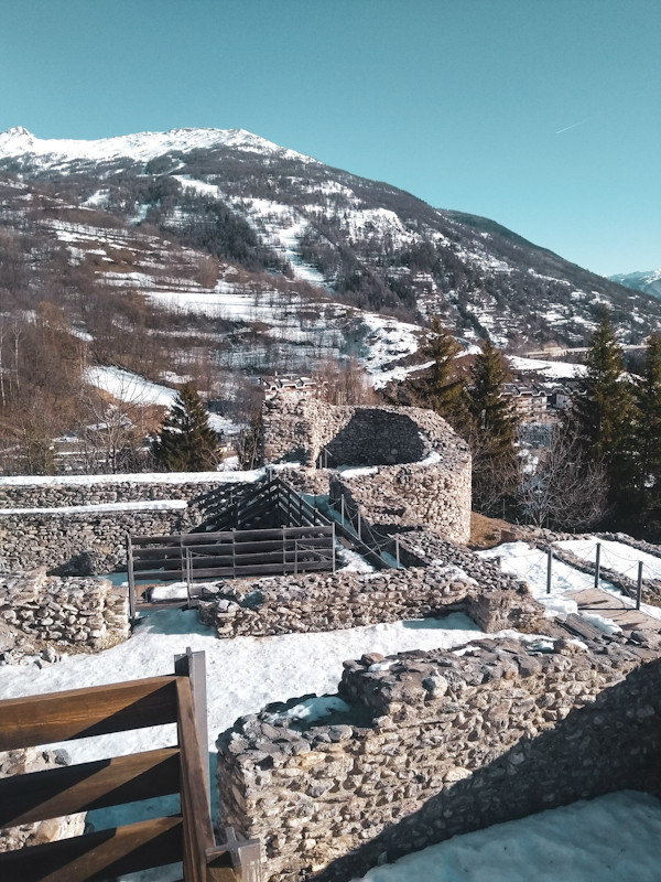 Ruinas do Tur D'Amun, Bardonecchia; lugares para conhecer de graça; visitar sem gastar; conhecer os Alpes; viajar o mundo; Itália; neve e inverno; esquiar