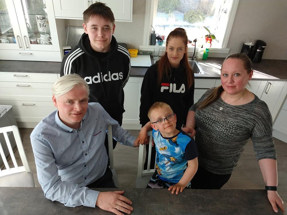 Storfamilien Bak fra venstre: Thor-Christian (T.C.), Lise og Silje. Foran fra venstre: Thor-Vidar og Kenneth. Kristine var ikke til stede på bildet.