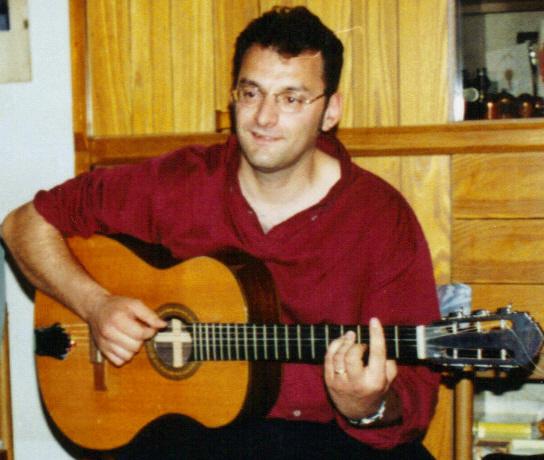 Bruno_Granier_avec_la_guitare_de_Georges_Brassens_offerte_à_Pierre_Louki