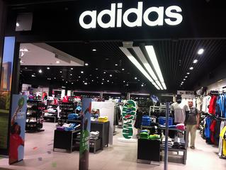 Adidas сокращает сеть в России