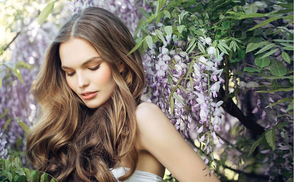 Femme cheveux nature 2 plus large.jpg