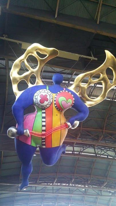 駅構内ニキ・ド・サンファル像