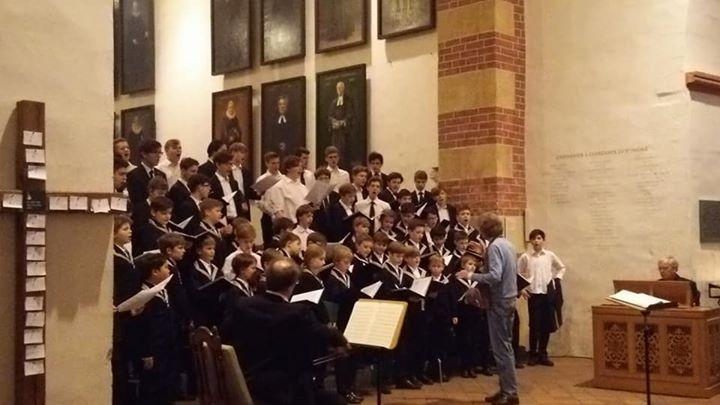 カントールのシュバルツさんの指導のもと、演奏会前の練習_青少年トーマス教会合唱団